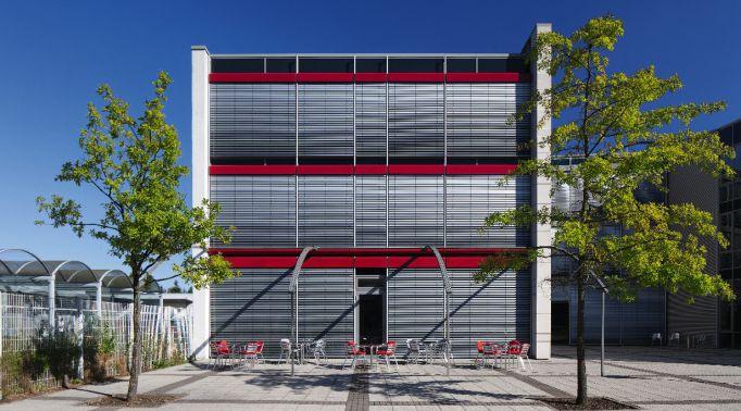 Fassadenraffstores-an-Gastronomieimmobilie Fassadenraffstores