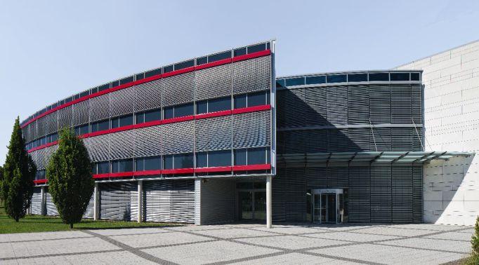 Fassadenraffstores-an-Gewerbeimmobilie Fassadenraffstores