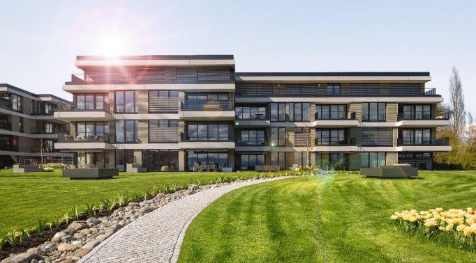 Verdunkelungs-Raffstores-an-Mehrfamilienimmobilie Verdunkelungs-Raffstores