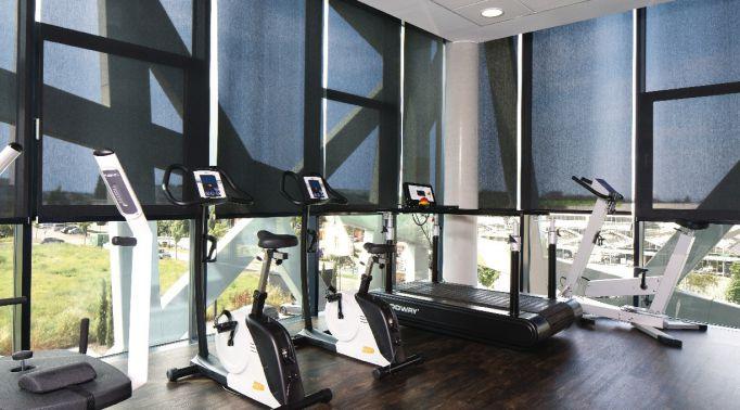 Folienrollos-an-Fitnessstudio-Fitnessraum Folienrollos