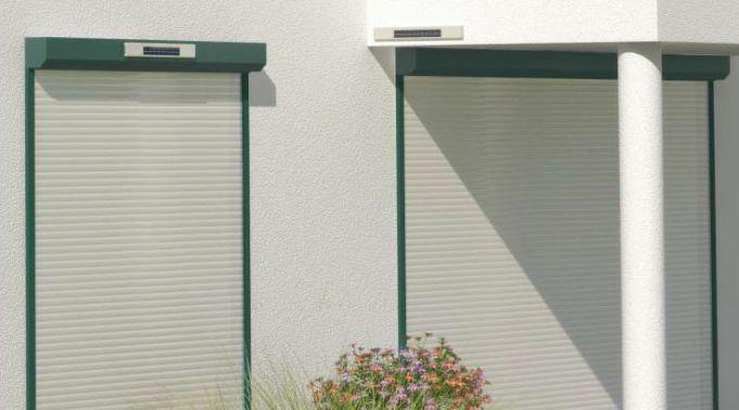 Solar-Rollladen-Installation-normal-und-externe-Installation-des-Akku Solar Rollladen